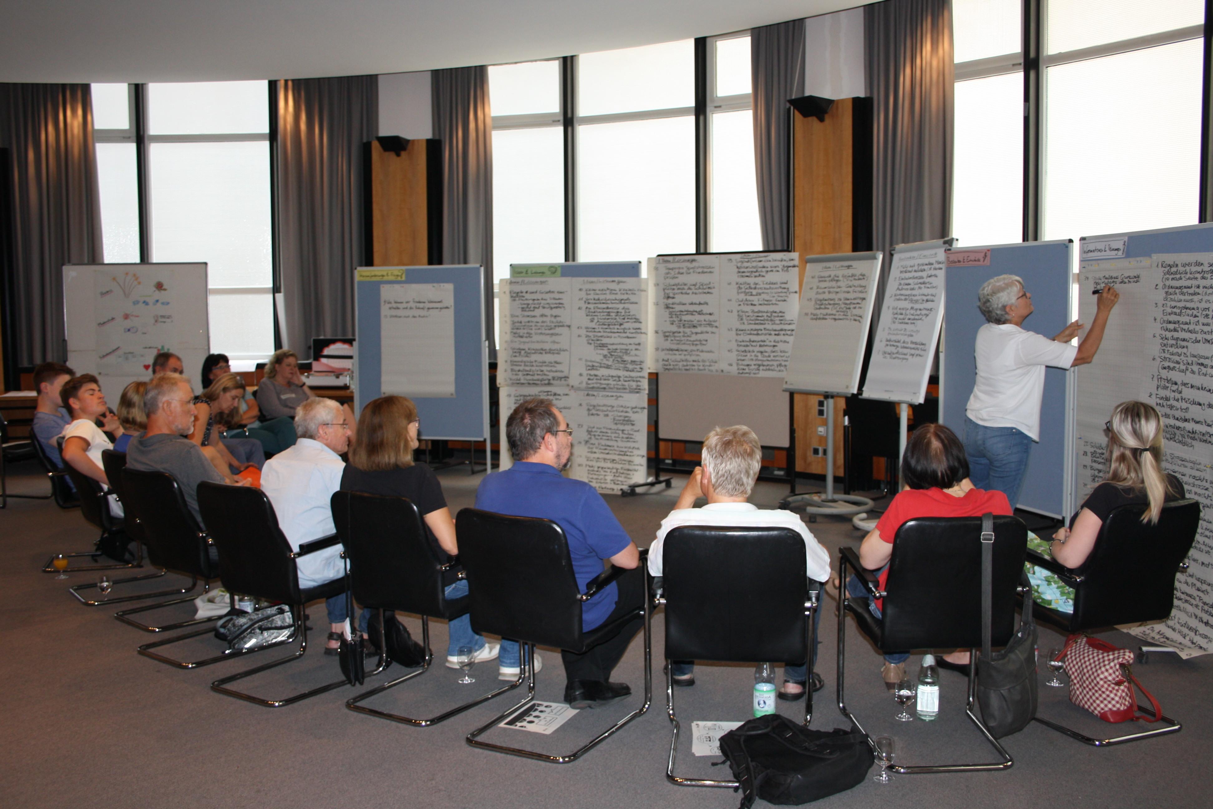 Die Teilnehmer_innen des Bürger_innenrates bei der Beratung