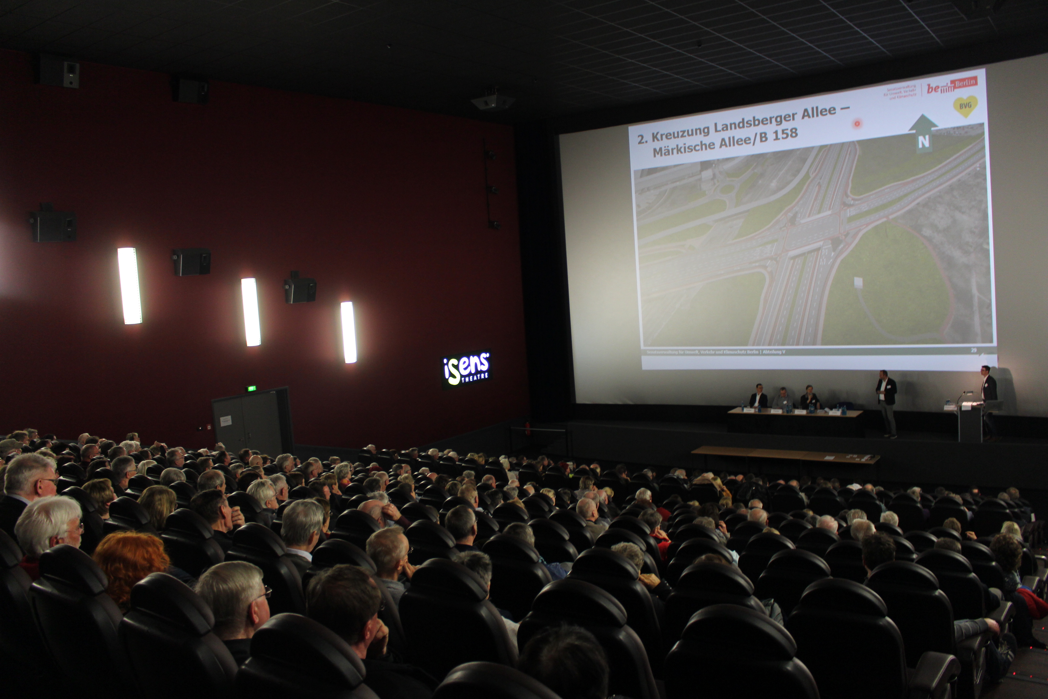 Der Zuschauer*innenraum während der ersten Informationsveranstaltung (c) F+S