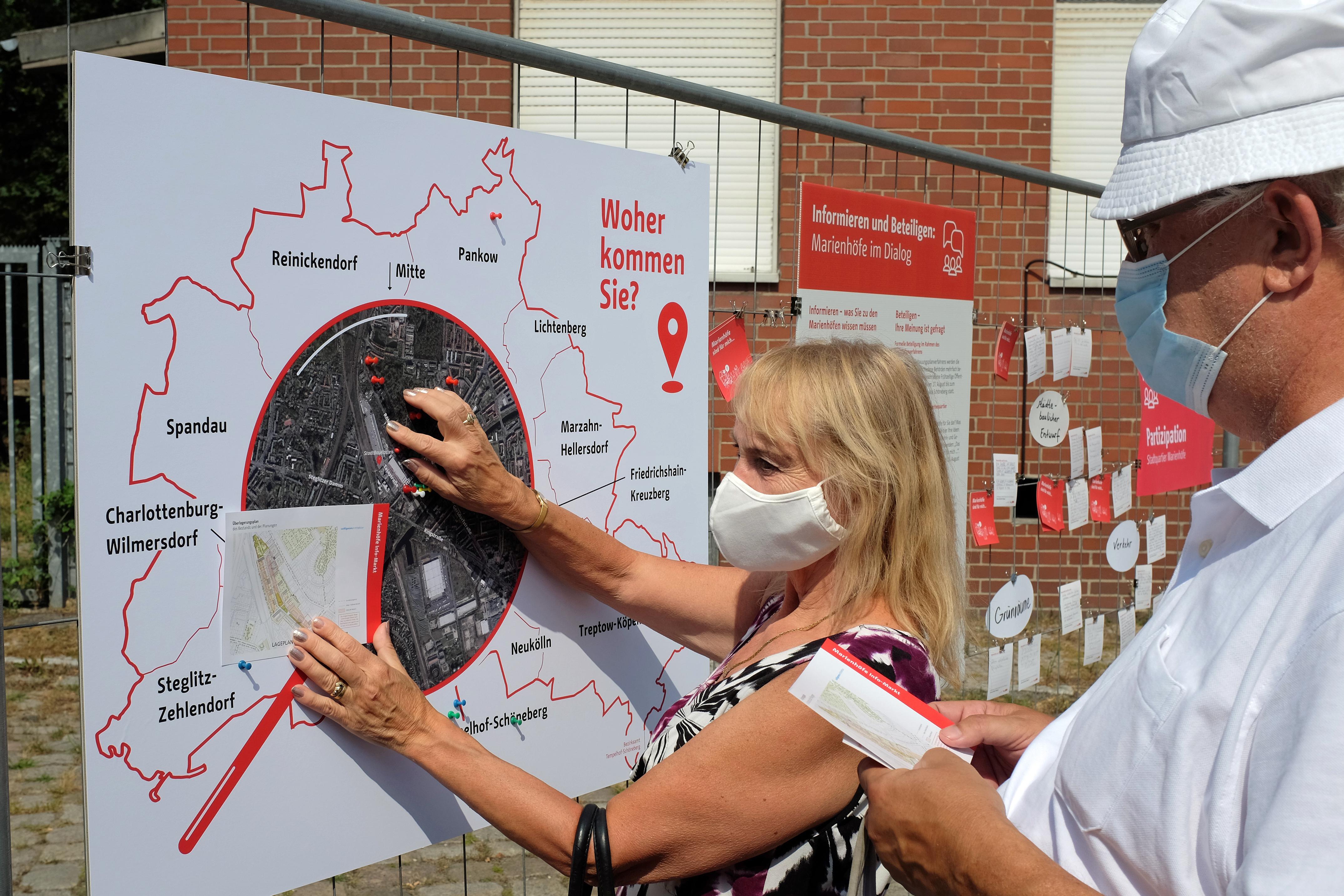 Besucher*innen markieren ihre Wohnorte